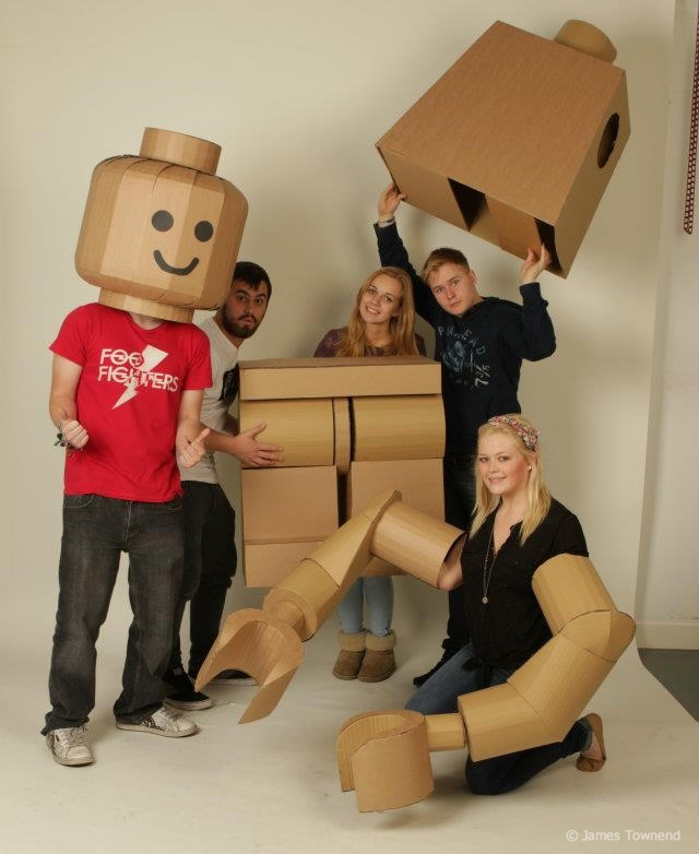 This how-to video shows the process of creating a massive Lego minifig costume out of cardboard. DIY Lego minifigure costumes aren't new. There have been quite a few videos and tutorials over the years. What makes this one stand out is the high level of craft involved and the completeness of the loo.